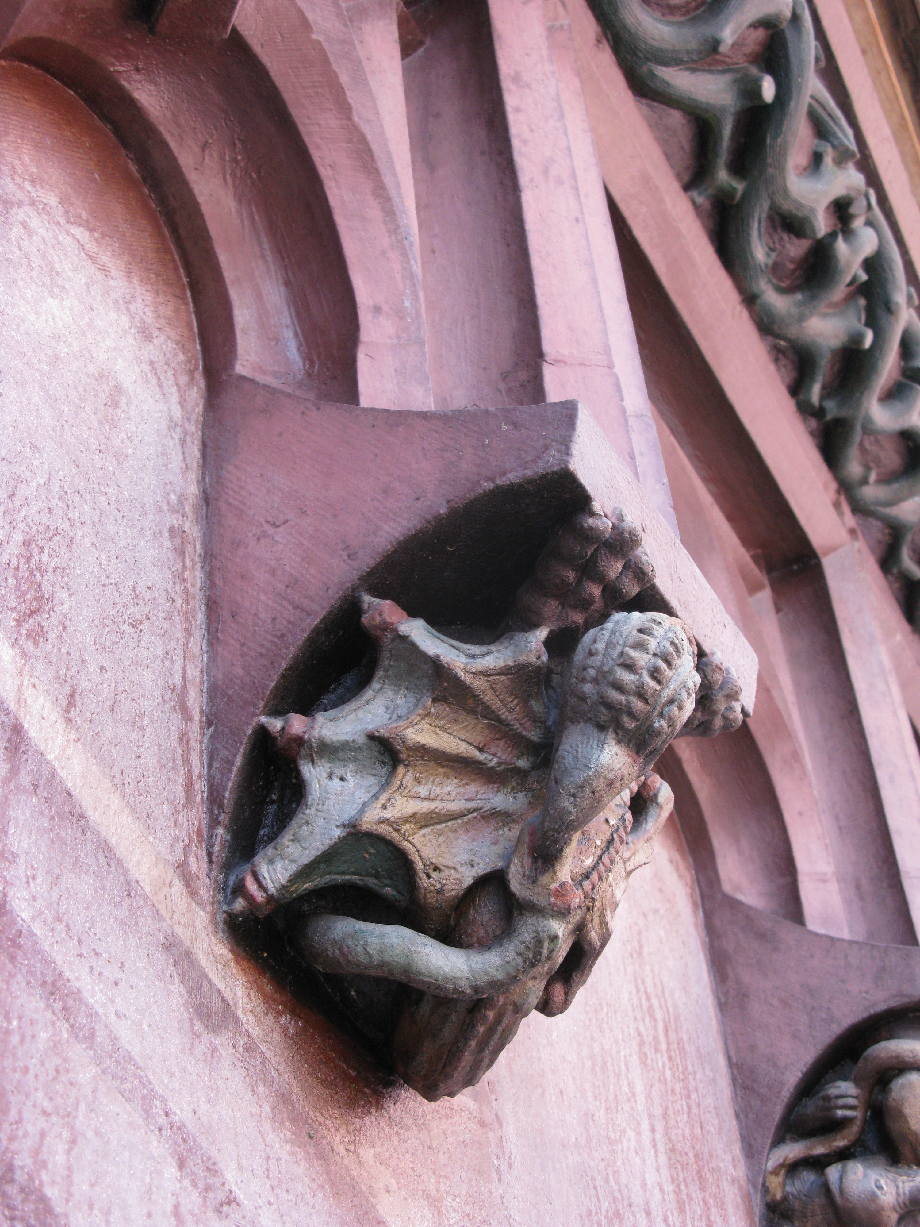 Basilisk am Rathaus, Hof, Sims unter Zinnen, zweiter von Rechts von Uhr.