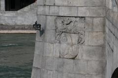 Basilisk Mittlere Brücke, Granitrelief.
